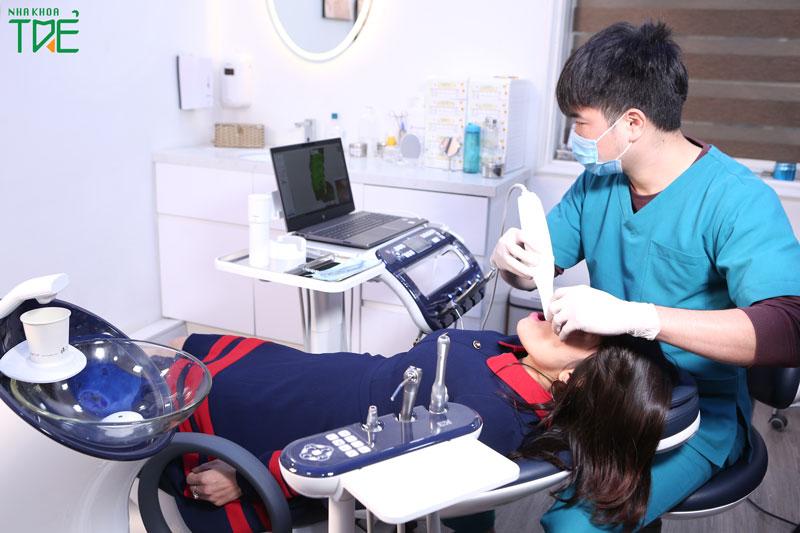 Thực hiện lấy dấu răng để chế tác răng sứ với thiết bị hiện đại