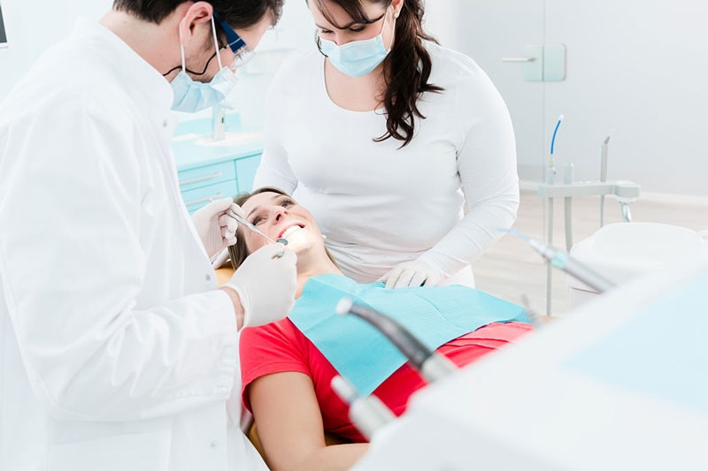 Nhổ răng khôn khi mang thai cần được bác sĩ thăm khám và tư vấn kỹ lưỡng