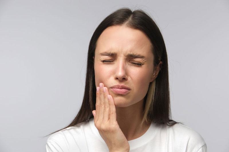 Đánh răng với muối sai cách gây đau nhức, ê buốt răng