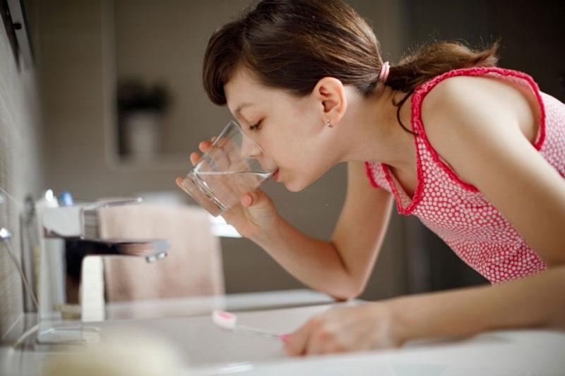 Súc miệng sau đánh răng để làm sạch hiệu quả