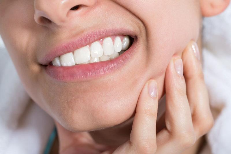 Mài răng tại nhà có thể gây đau nhức, ê buốt răng