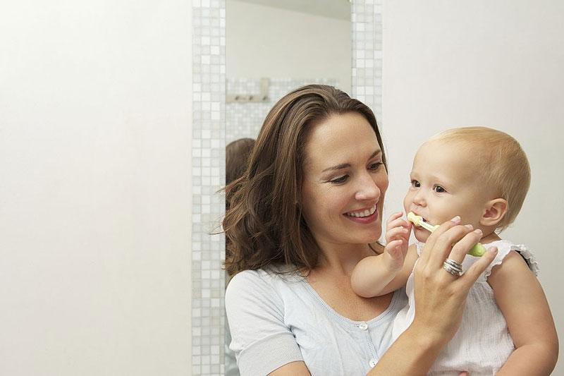 Chải răng đúng cách cho bé mới mọc răng