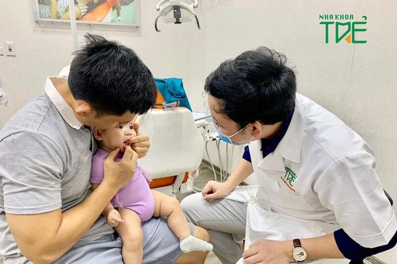 Thăm khám nha sĩ nếu nhận thấy nanh sữa ở trẻ sơ sinh bị nhiễm khuẩn