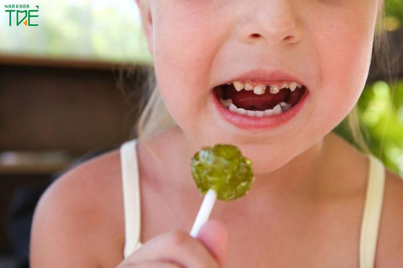 Lý giải nguyên nhân trẻ em ăn kẹo rất dễ bị sâu răng?