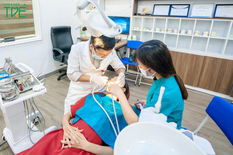 Các trường hợp sưng chân răng nặng thì cần điều trị tại nha khoa