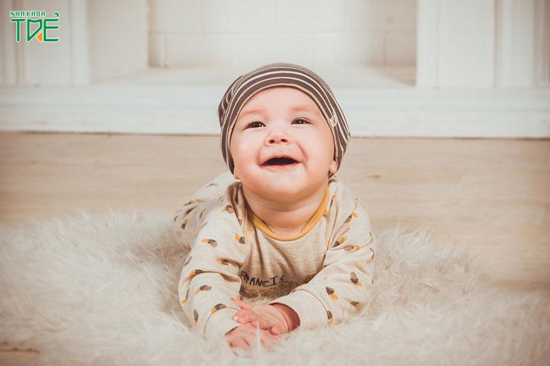 Trẻ 8 tháng tuổi chưa mọc răng có sao không?