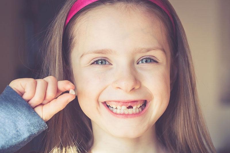 Trẻ bắt đầu thay răng sữa từ lúc 6 tuổi