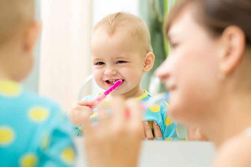 Mẹ nên theo sát và hướng dẫn bé chải răng mỗi ngày