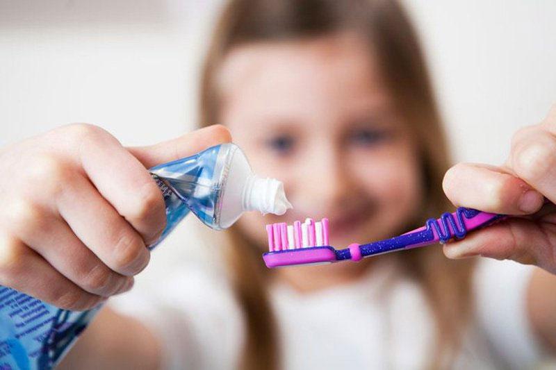 Chải răng cho bé với kem đánh răng phù hợp
