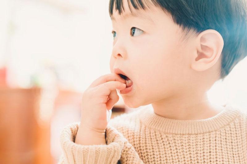 Mút tay sẽ làm ảnh hưởng xấu đến răng vĩnh viễn sau này ở trẻ