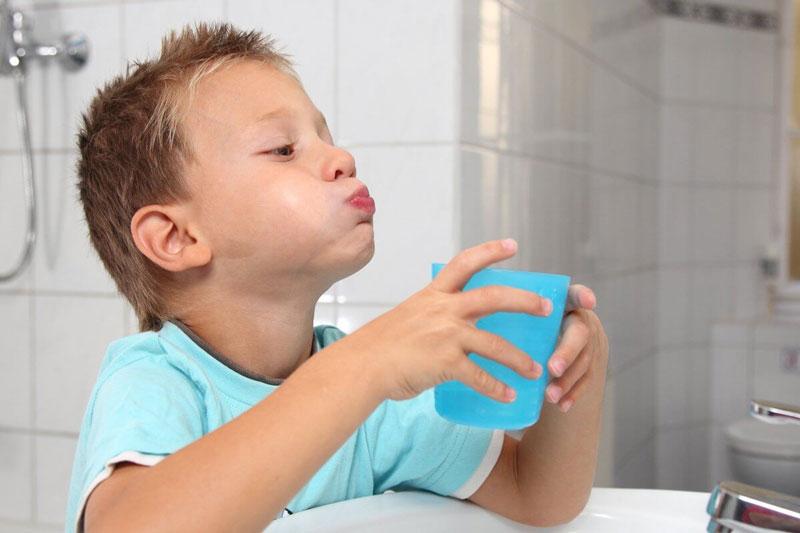 Nên súc miệng lại thật sạch với nước sau chải răng