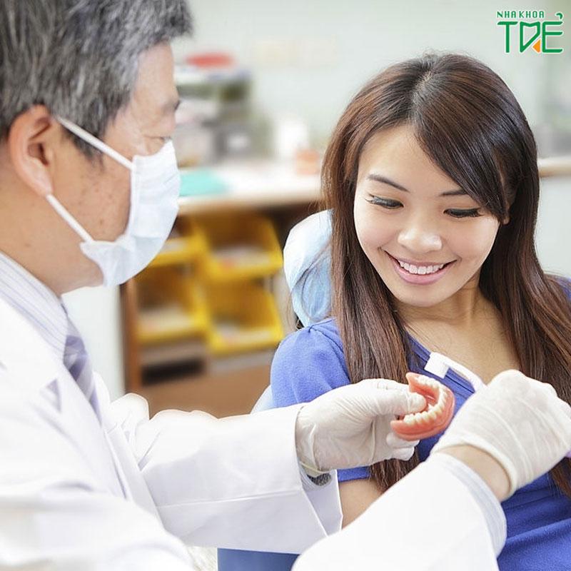 Hướng dẫn vệ sinh cầu răng sứ đúng cách giúp răng bền đẹp lâu dài