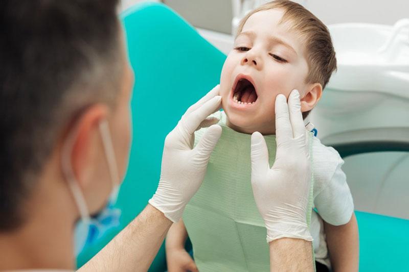 Khám răng sâu cho trẻ để có biện pháp điều trị phù hợp
