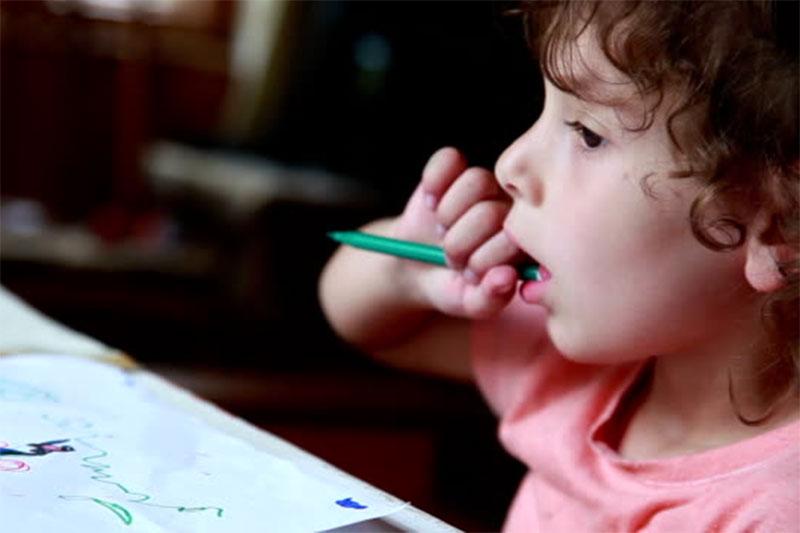 Thói quen cắn bút có thể khiến thời gian mọc răng lâu hơn