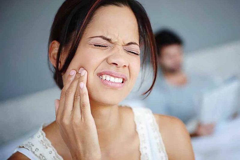 Trám răng lâu ngày bị đau nhức có thể do kích ứng
