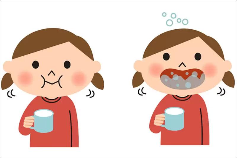 Cho bé súc miệng nước muối giúp diệt khuẩn hiệu quả