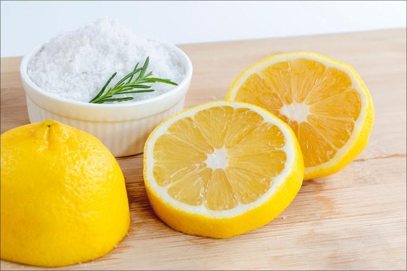 Hỗn hợp muối kết hợp với chanh là cách làm trắng răng đơn giản