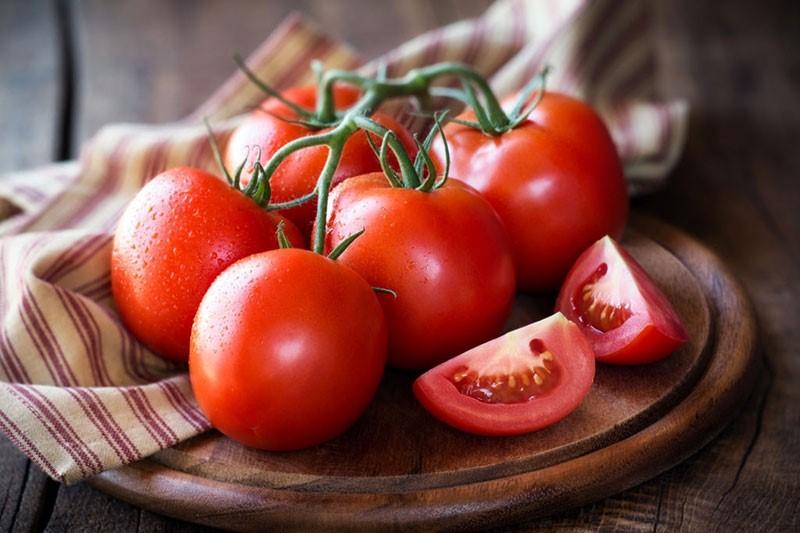 Trị răng ố vàng tại nhà với cà chua là cách làm hiệu quả không phải ai cũng biết