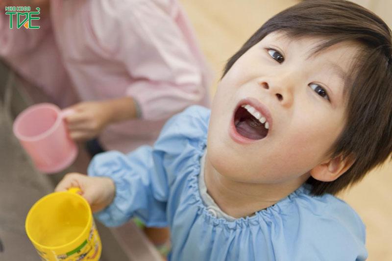 Cho bé súc miệng nước muối: Lợi ích tuyệt vời mà mẹ không ngờ tới
