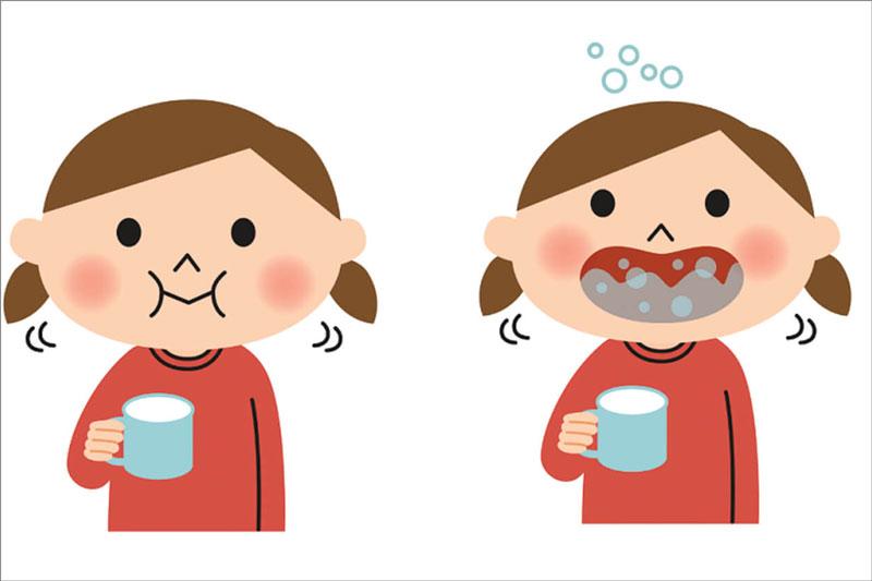 Mẹ nên hướng dẫn bé súc miệng nước muối đúng cách