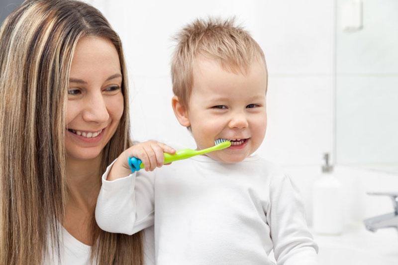 Mẹ cần theo sát và hướng dẫn bé chải răng đúng cách