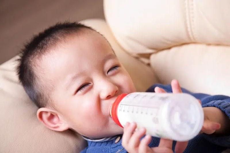 Bú bình vào buổi đêm thường xuyên sẽ làm tăng nguy cơ sâu răng