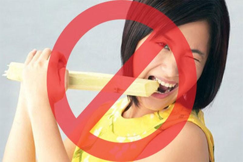 Hạn chế ăn nhai các đồ cứng, dai giúp răng sứ bền và đẹp hơn
