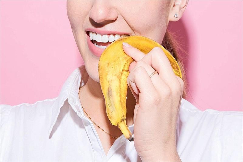 Làm trắng răng bị xỉn màu đơn giản với vỏ chuối chín