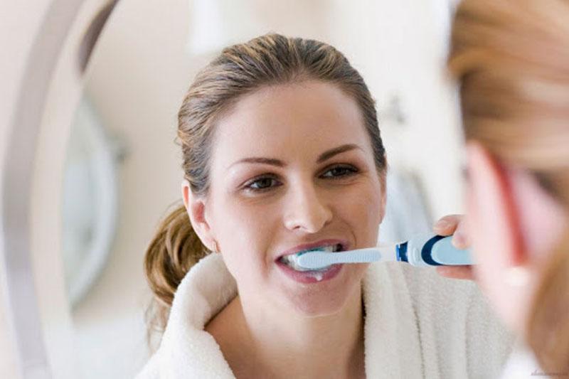 Vệ sinh răng miệng thường xuyên để hạn chế vi khuẩn có hại trong khoang miệng