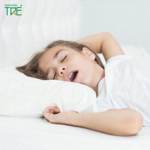 Trẻ thở bằng miệng khi ngủ có phải là dấu hiệu bất thường?