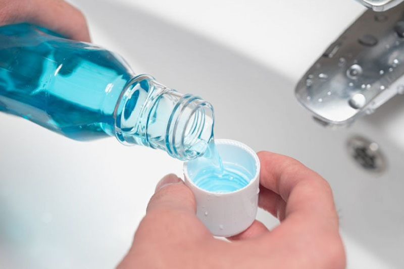 Nên súc miệng nước muối hoặc nước súc miệng hàng ngày