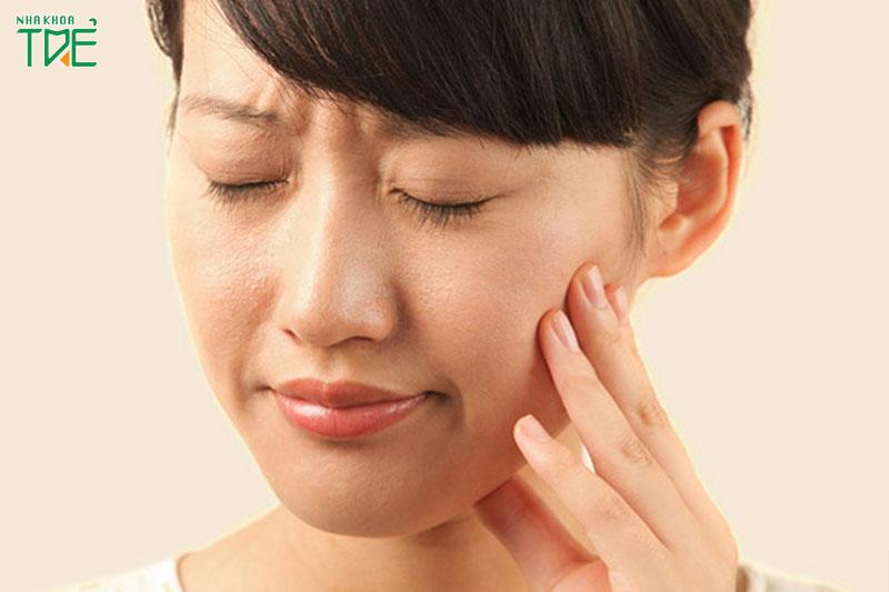 Tình trạng đau nhức răng có thể được cải thiện qua việc ngậm nước muối