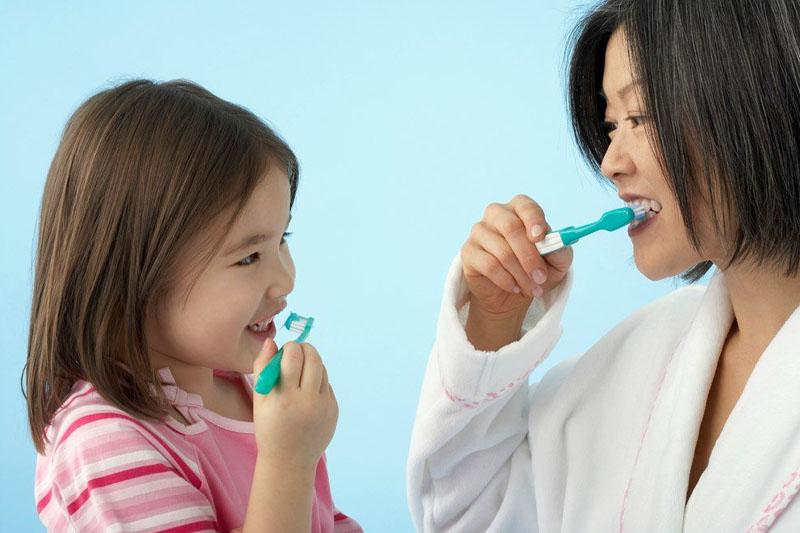 Hướng dẫn bé vệ sinh răng miệng đúng cách khi chỉnh nha
