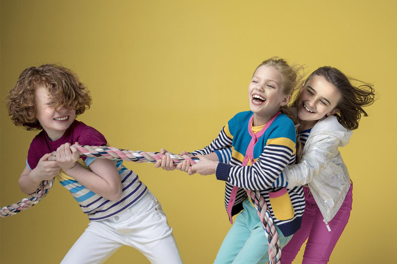 Niềng răng Invisalign giúp bé thoải mái vui chơi với bạn bè