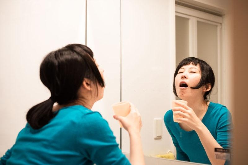 Súc miệng nước muối tăng khả năng diệt khuẩn cho khoang miệng sạch sẽ