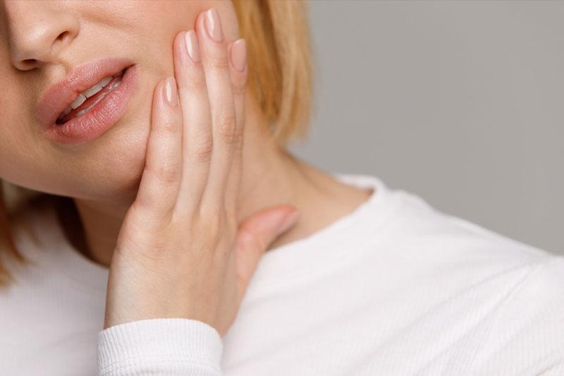 Triệu chứng đau nhức do viêm nướu, tụt nướu kéo dài dai dẳng