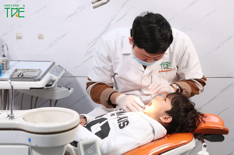 Nên thăm khám thường xuyên cho trẻ để kịp thời phát hiện bệnh lý răng miệng